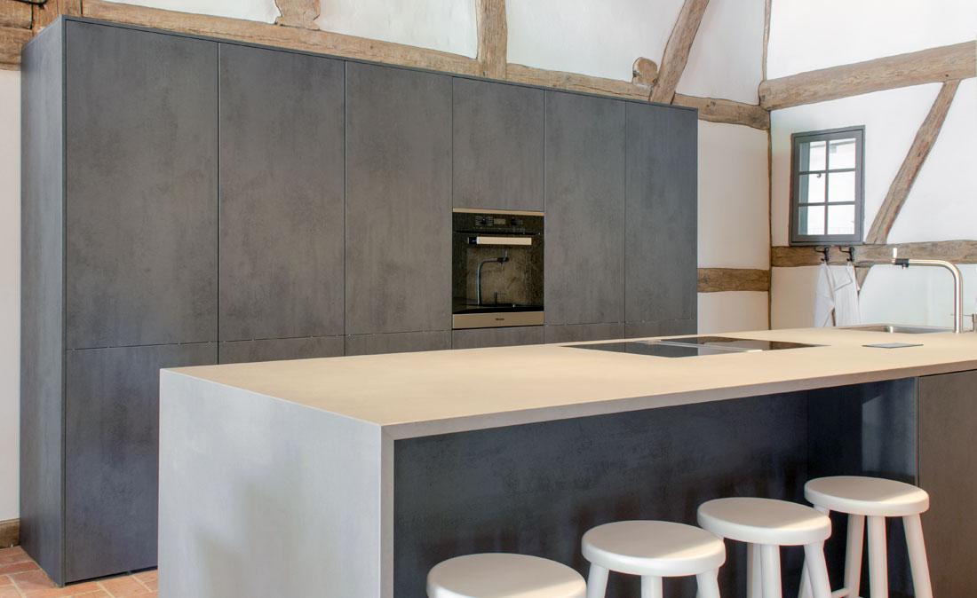 VidroStone Interieur – Moderne Insel in rustikalem Bauernhaus