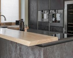 Zeitlose Küche in Schwarz-metallic